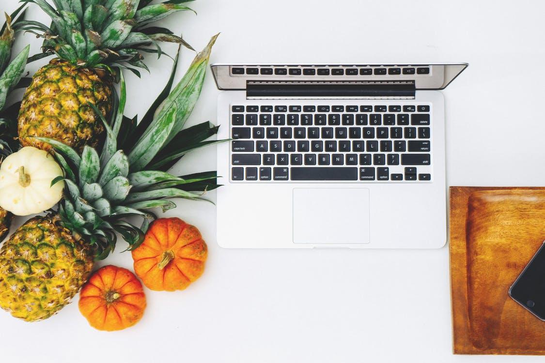 počítač a ananas